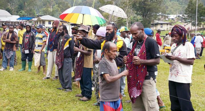 Warga pedalaman memasukan kertas suara ke noken (kantong) pada Pemilu Legislatif di TPS Lapangan Distrik Tiom, Kabupaten Lanny Jaya, Papua, Rabu (9/4)